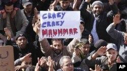 反對卡扎菲的示威者舉起標語