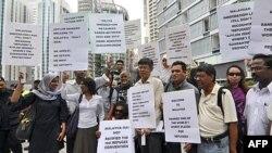 Người biểu tình tụ tập bên ngoài khách sạn nơi diễn ra buổi lễ ký kết trao đổi người tị nạn giữa Malaysia và Úc tại Kuala Lumpur, Malaysia (ảnh tư liệu)