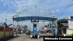 Gerbang selamat datang di Kabupaten Penajam Paser Utara (dari arah pelabuhan feri Balikpapan), 22 April 2011. (Foto: Ezagren/wikipedia)