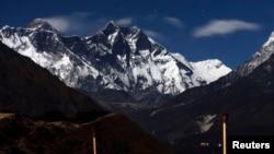 Gaarren Everest yoo naannoo Syangboche Nepal keessaa laalan akkana jira.Muddee 4,2009.