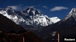2009年12月4日,从尼泊尔一方看到月光下的珠穆朗玛峰。