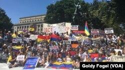 Mientras que en su país natal Venezuela, se realizaba la Asamblea Nacional Constituyente, en Washington, cientos expresaron su oposición al respecto.
