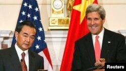존 케리 미국 국무장관(오른쪽)과 왕이 중국 외교부장이 19일 워싱턴 국무부에서 회담했다.