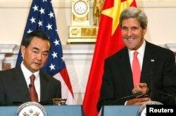 中国外交部长王毅和美国国务卿克里9月19日在会谈前。