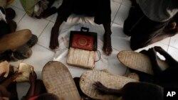 Des enfants étudient le Coran dans une école coranique au Sénégal le 4 mars 2013.