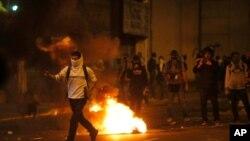 2월 28일 베네수엘라 수도 카라카스 거리에서 시위에 나선 사람들