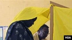 Panitia pemilu Sudan membantu seorang warga dalam pemilihan di kota Al-Jereif di Khartoum, Sudan (1/9).