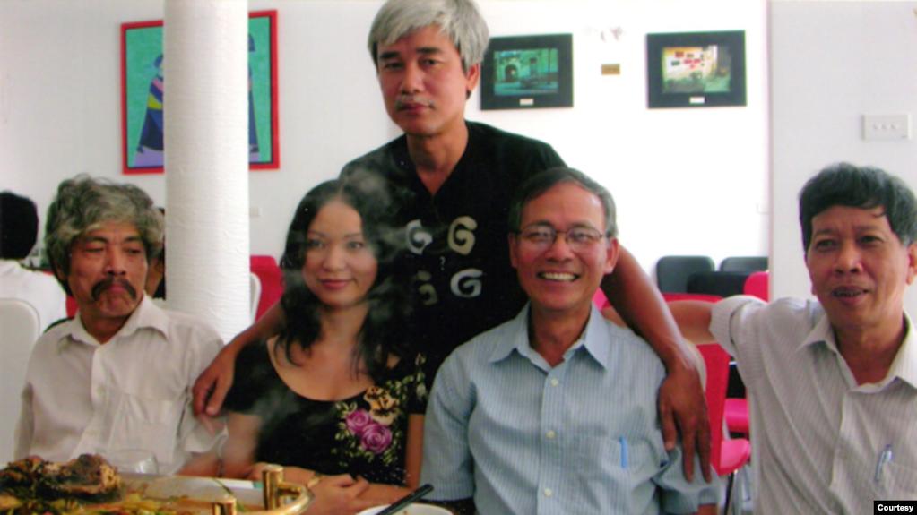 Từ trái: Bảo Ninh, Đỗ Hoàng Diệu, Phạm Xuân Nguyên (đứng), Nguyễn Tường Thiết, Nguyễn Huy Thiệp (24-7-2006).