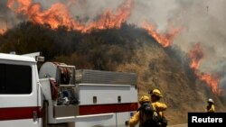 26일 미국 서부 캘리포니아주 로스앤젤레스 인근 국유림에서 소방관들이 산불 진화에 나섰다.
