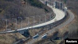 파주 통일전망대에서 바라본 경의선 도로와 철로.