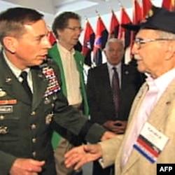 二战老兵谢尔曼(右)与彼得雷乌斯将军