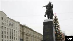 У памятника Юрию Долгорукому в Москве. Россия. 10 января 2011 года