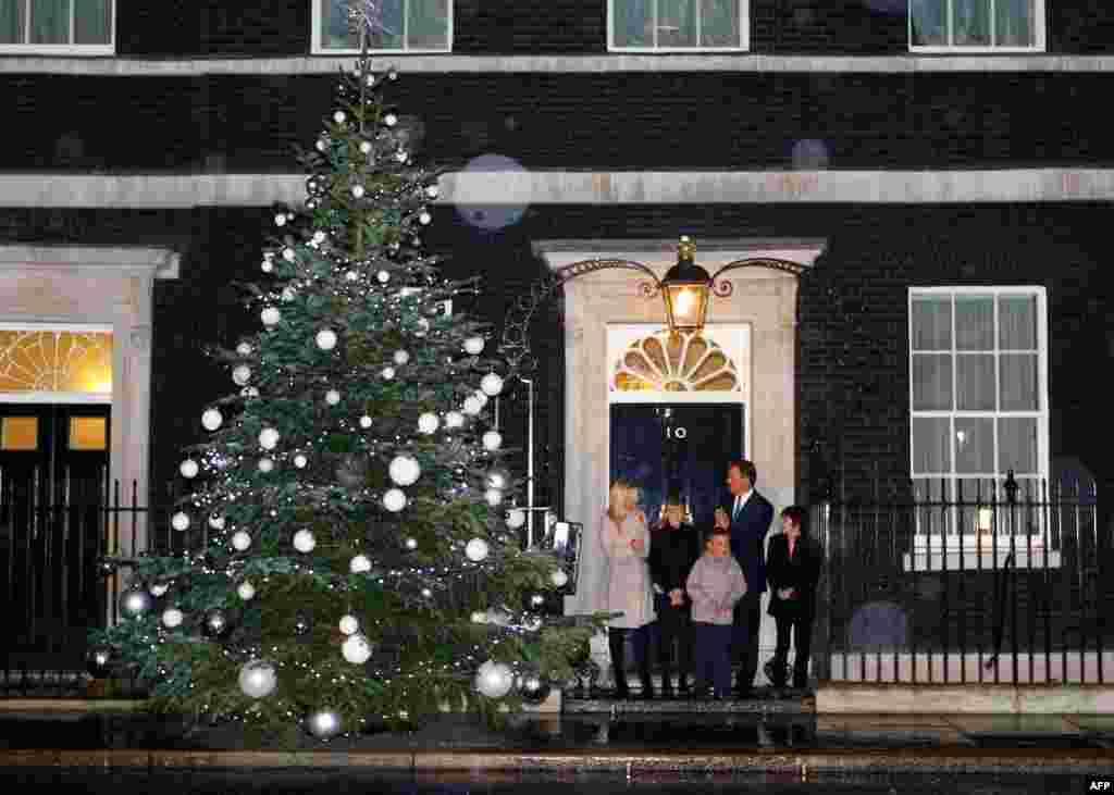 Премьер-министр Великобритании Дэвид Камерон у своей резиденции на Даунинг-стрит в Лондоне после церемонии зажигания огней 1 декабря. Фото AP