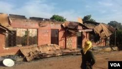 Une habitante de Kumbo, en zone anglophone devant sa maison incendiée, le 6 décembre 2018. (VOA/Ministère de la défense)