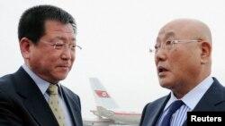지난 5월 북한을 방문한 이지마 이사오 특사(오른쪽). (자료사진)