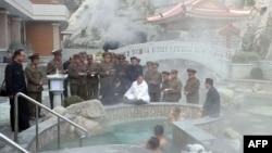 김정은 북한 국무위원장이 양덕군 온천관광지구를 시찰했다고, 25일 조선중앙통신이 전했다.