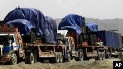 아프가니스탄으로 가기 위해 파키스탄 국경을 넘는 나토 수송차량. (자료사진)