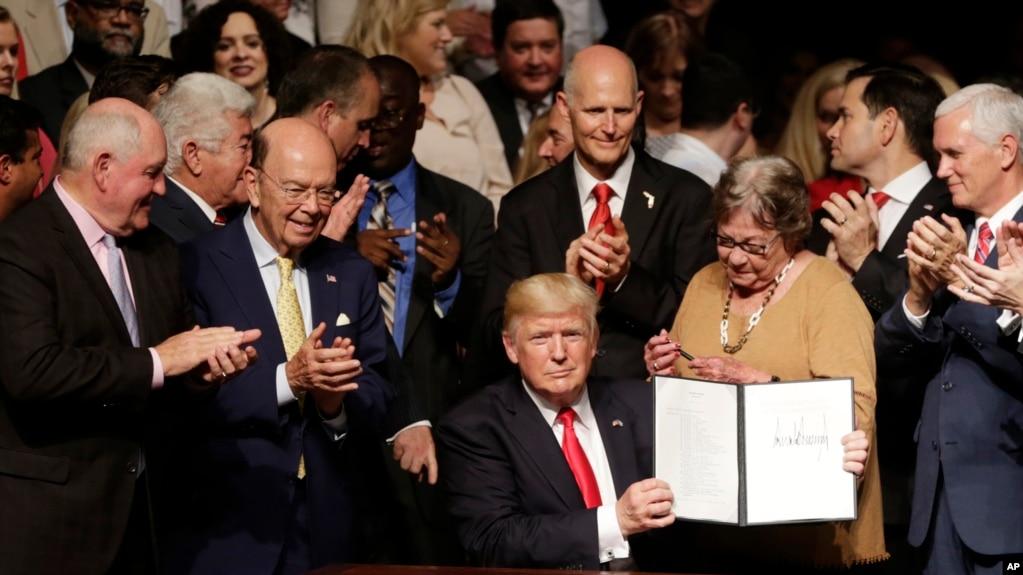 트럼프 대통령이 플로리다 주 마이애미에서 새로운 쿠바 정책에 서명한 뒤 공개하고 있다