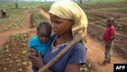Seorang perempuan dan anaknya melarikan diri dari serangan pemberontak di Tshikapa, wilayah Kasai, Republik Demokratik Kongo akhir Juli lalu (foto: dok).