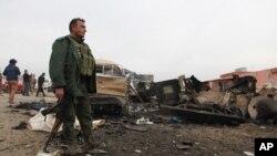 یکی از پیشمرگههای کرد عراق در اطراف کوه شنگال، پس از درگیری با پیکارجویان داعش برای باز کردن دالانی به داخل روستای شنگال - ۲۷ آذر ۱۳۹۳