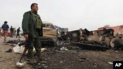 ISIL 공격으로 폐허가 된 신자르 인근 지역에서 18일 쿠르드족 군인이 폭탄 테러 현장을 수색하고 있다.