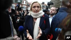Lãnh đạo Mặt trận quốc gia Pháp Marine Le Pen phát biểu trước truyền thông trước khi bỏ phiếu tại Henin-Beaumont, ngày 6/12/2015.
