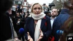 Pemimpin Partai Kanan Front Nasional Perancis, Marine Le Pen, berbicara pada media sebelum putaran pertama pilkada, Minggu, 6 Desember 2015, di Henin-Beaumont, Perancis utara. (AP Photo/Michel Spingler)