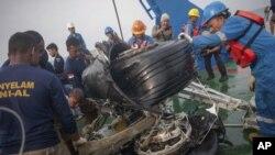 Alat berat mengangkat bagian roda pesawat Lion Air JT610 dari dasar laut perairan Tanjung Karawang, 4 November 2018.