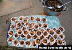 Hidangan Aljazair yang manis terlihat sebelum dibagikan untuk makanan berbuka puasa selama bulan suci Ramadhan, yang ditawarkan oleh asosiasi amal untuk anak yatim, janda dan keluarga miskin di stadion Blida di barat ibukota Aljir, Aljazair, 24 Mei 2018.