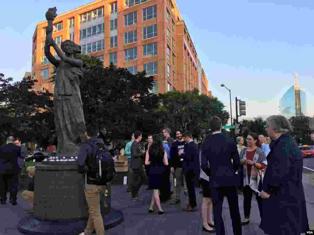 """许多人早早来到 """"共产主义受难者纪念碑""""前参加纪念六四天安门事件烛光会。"""