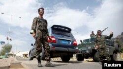 Polisi menjaga tempat pemeriksaan dekat Kedutaan Besar Inggris di Sanaa, Yaman (3/8).