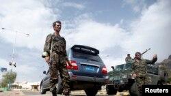 یمن کے دارالحکومت صنعا میں برطانوی سفارت خانے کے نزدیک ایک چوکی پر پولیس اہلکار تعینات ہیں