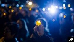 1일 미국 뉴욕의 폴리스퀘어에서 트럭 테러 희생자들을 애도하는 촛불 집회가 열렸다.