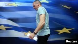 Menteri Keuangan Yunani Yanis Varoufakis tiba untuk memberikan pernyataan di Athena, Yunani, 5 Juli 2015.