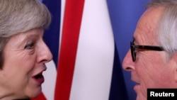 ນາຍົກລັດຖະມົນຕີອັງກິດ ທ່ານນາງເທຣີຊາ ເມ ພົບປະ ກັບ ປ.ສະພາຄະນະກຳມາທິການອີຢູ ທ່ານ Jean-Claude Juncker ເພື່ອໂອ້ລົມສົນທະນາ ໃນສູນກາງໃຫຍ່ ທີ່ນະຄອນ Brussels, 11 ທັນວາ 2018.