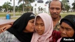 Bé Raudhatul Jannah (giữa) được 4 tuổi khi cô và anh trai bị sóng thần cuốn trôi vào ngày 26 tháng 12, 2004.