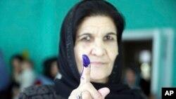 一位剛投完票的阿富汗婦女。