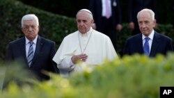 2014年6月8日以色列总统佩雷斯(右), 巴勒斯坦领导人阿巴斯(中)和教宗方济各(左)一道出席和平祈祷会为中东和平祈福