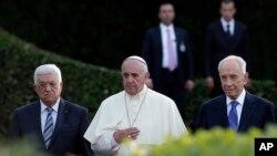 Tổng thống Israel Shimon Peres và nhà lãnh đạo Palestine Mahmoud Abbas cùng với Đức Giáo Hoàng Phanxicô tham dự buổi cầu nguyện cho hòa bình Trung Ðông tại Vatican, ngày 8/6/2014.