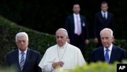 2014年6月8日以色列总统佩雷斯(右)、巴勒斯坦领导人阿巴斯(中)和教宗方济各(左)一道出席和平祈祷会为中东和平祈福