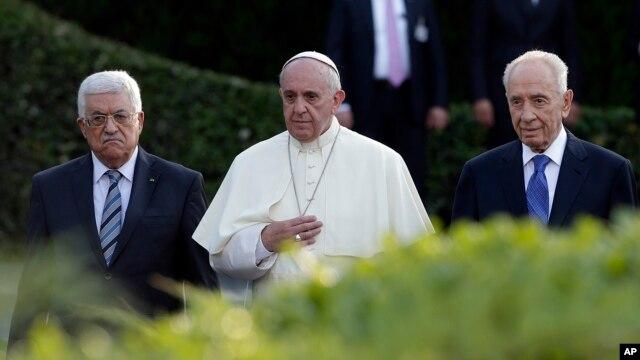 Pemimpin Palestina Mahmoud Abbas (kiri), Paus Fransiskus dan Presiden Israel Shimon Peres dalam acara doa bagi perdamaian di Vatikan (8/6).
