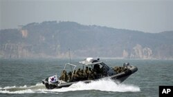 한국 해병대가 20일 서북도서 지역에서 해상 사격훈련을 실시한 가운데, 사격종료 후 연평도 주변을 순찰하는 해군 보트.