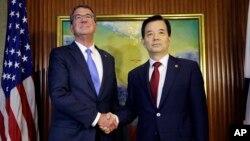 Bộ trưởng Quốc phòng Hoa Kỳ Ash Carter (trái) bắt tay ngoại trưởng Hàn Quốc Han Min Koo trong cuộc họp song phương bên lề diễn đàn an ninh châu Á Đối thoại Shangri-la.