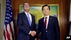 美國國防部長卡特與南韓國防部長韓民求在新加坡召開的亞洲最大年度安全論壇--香格里拉對話會議期間會晤(2016年6月4日)