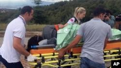 Des infirmiers turcs transportent un survivant d'un navire qui a chaviré dans un hôpital de Kocaeli, en Turquie, le 22 septembre 2017.