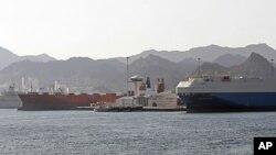 해적의 시신을 싣고 입항하는 것을 꺼리는 오만 정부의 허가 문제로 삼호주얼리호와 최영함의 입항이 계속 지연되는 무스카트 술탄 카부스항