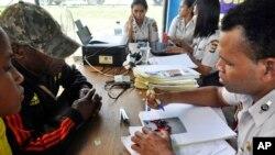 Thân nhân các hành khách trên chuyến bay 267 của hãng Trigana nói chuyện với quan chức chính phủ tại sân bay Sentani ở Jayapura, tỉnh Papua, Indonesia, ngày 17/8/2015.