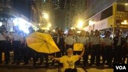 示威者在9點過後佔據中聯辦外一段德輔道,並在中聯辦後門與警方防線展開推撞, 警方用辣椒噴霧還擊將示威者防線推後(美國之音海彥拍攝)