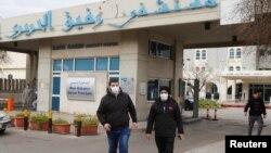 戴著口罩的黎巴嫩人走出收治黎巴嫩第一例新冠病毒病人的拉菲克·哈里里大學醫院。(2020年2月21日)