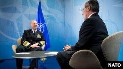 Admiral Džejms Stavridis tokom razgovora sa dopisnikom Glasa Amerike iz Londona Alom Pesinom